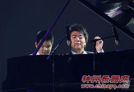 郎朗与盲童共奏钢琴曲 演奏《生日歌》