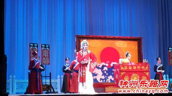 郑州艺术宫象剧场上演青春版交响豫剧《陈三两》