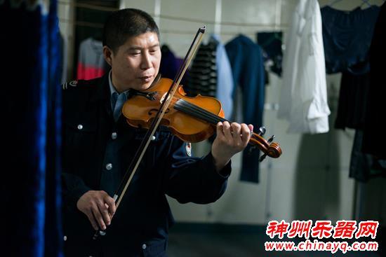 文艺保安伍洁凡的小提琴情缘