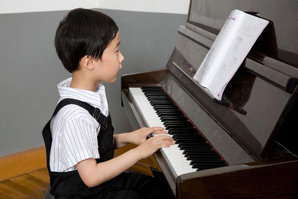 在孩子开始学钢琴图片