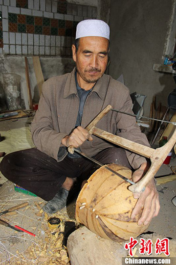 中国新疆民间手工乐器制作第一村复古乐器馆
