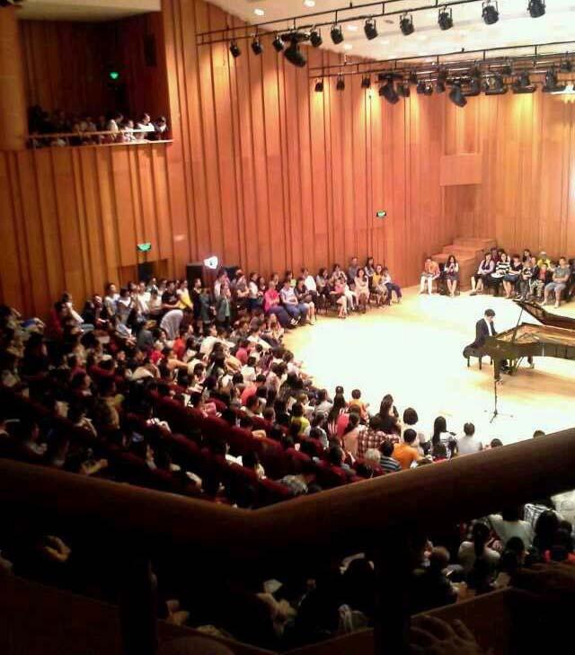 【神州乐器网讯】4月18日晚8时,厦门大学艺术学院钢琴教授、副院长陈舒华的钢琴独奏会在艺术学院音乐厅上演。 此次音乐会迎来艺术学院音乐厅建成以来最汹涌人潮,真有人山人海之势,整个艺术学院宛如过节。晚上8时的音乐会,6点钟时观众们已在音乐厅门口排起了长龙。7时音乐厅开门时,如潮的观众瞬间就把音乐厅300多个座位全部坐满。