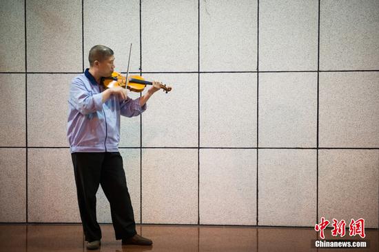 文艺气息爆棚!火速围观那位拉小提琴的保安大叔