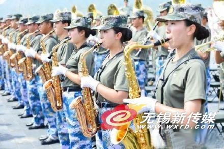 女队员首次加入联合军乐团 90后女孩吹响萨克斯