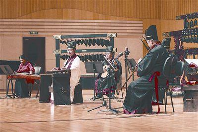 本报讯古琴近年来在国内越来越热,河南古琴圈也迎来盛事。昨日,为期3天的首届河南古琴艺术节在郑州圆满落幕,来自国内各地的近200位中国古琴学会理事和省内外的古琴名师名手汇聚郑州,以琴会友,切磋技艺,传播古琴魅力。