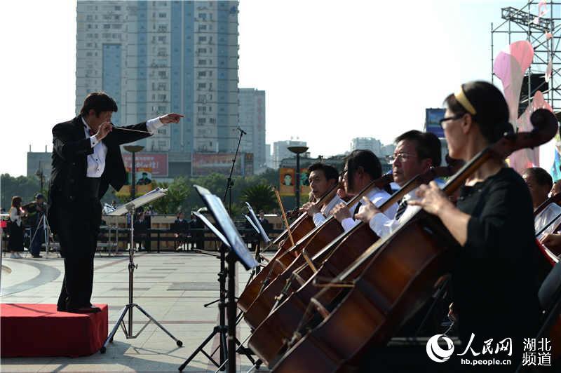 """湖北宜昌万人音乐大联欢:钢琴之城文""""惠""""市民"""