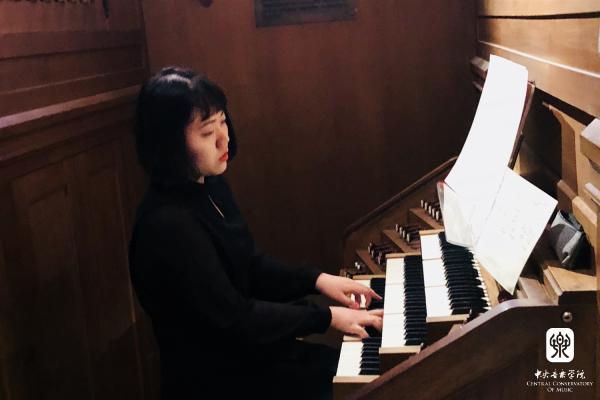 中央音乐学院钢琴系电子管风琴专业学生傅宝儿在法国凡尔赛国际管风琴比赛夺冠